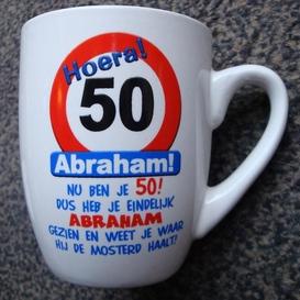 Mok 50 jaar man verkeersbord