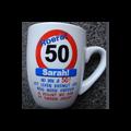 Mok 50 jaar vrouw verkeersbord